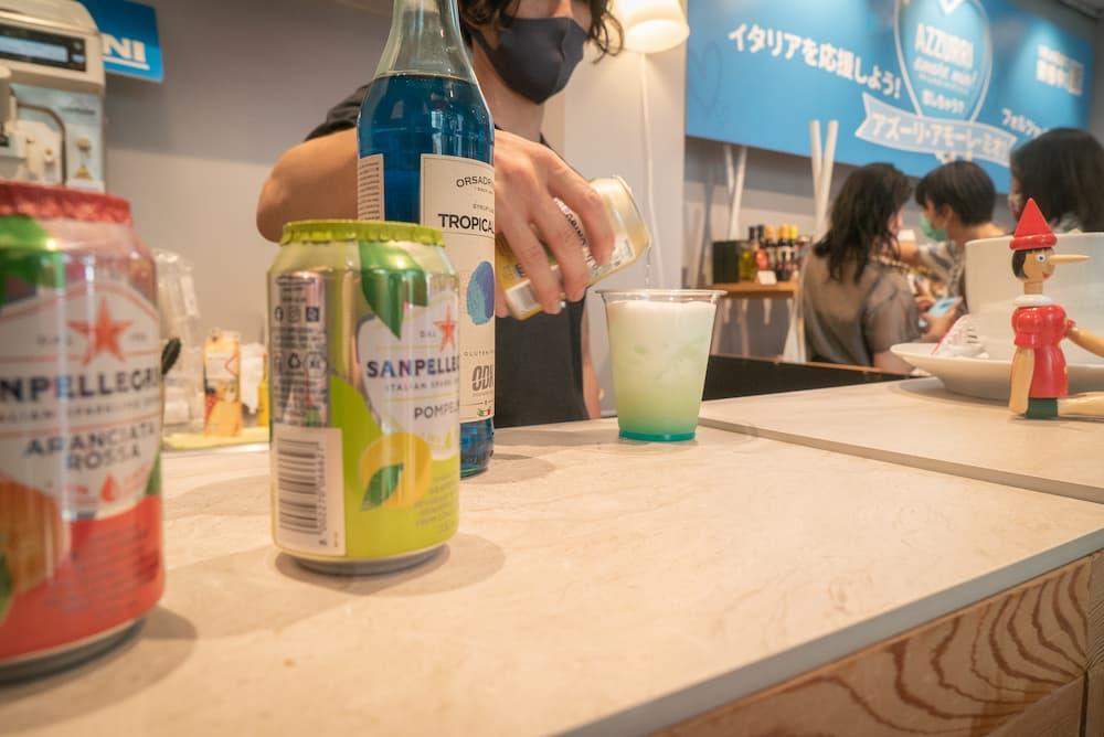 日本未上陸のTropical Bluシロップとサンペレグリノで作るオリジナルノンアルコールカクテル「アズーリ・アモーレ・ミオ」