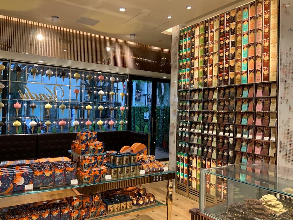 店内には、豊富なチョコレートが揃う