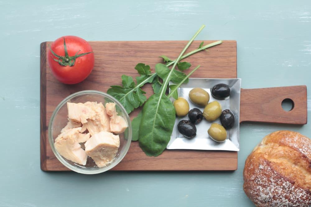 ツナ、トマト、ルッコラ 、オリーブのパニーノの材料