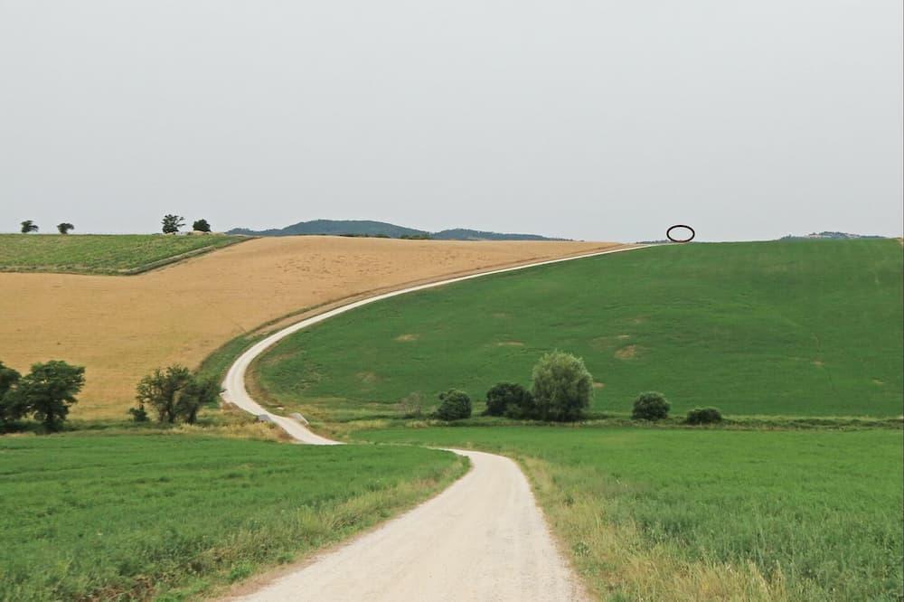 ヴォルテッラ出身の芸術家マウロ・スタッチョーリによる「ザ・ファーストステップ」と呼ばれるモニュメント