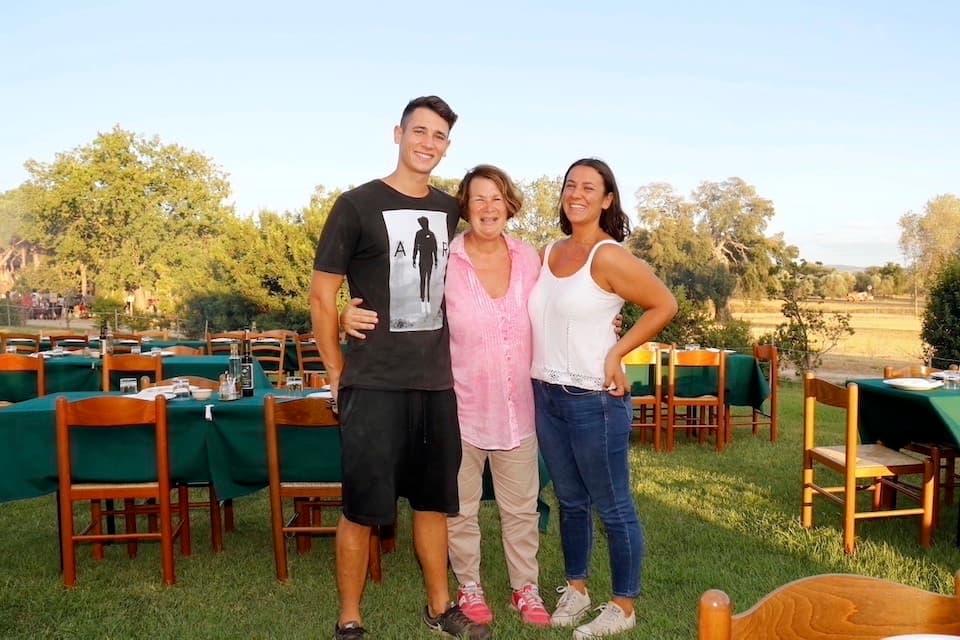 ビオ・アグリトゥリズモ『コルテ・デッリ・ウリーヴィ』 を営むオーナーのジューリア・サヴィオさん(中央)。母親と同名の娘ジューリアさん(右)、息子フランチェスコさん(左)とともにゲストを迎えます。
