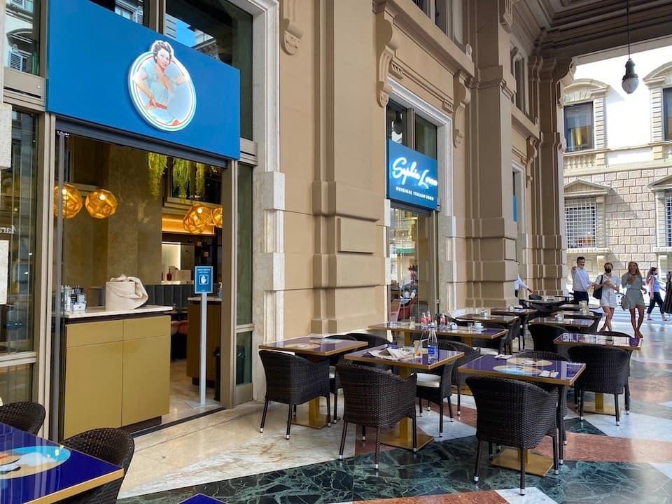 屋根付き柱廊が連なるブルネレスキ通りに面したレストラン。季節が良ければ屋外席もおすすめです。(Photo:Mari OYA)