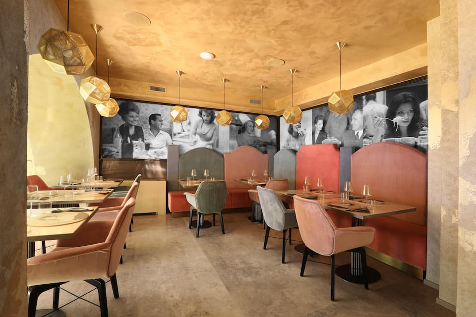 ソフィアとは監督であり俳優としても共演したヴィットリオ・デ・シーカ、名優アルベルト・ソルディと共にテーブルを囲む写真も飾られています。