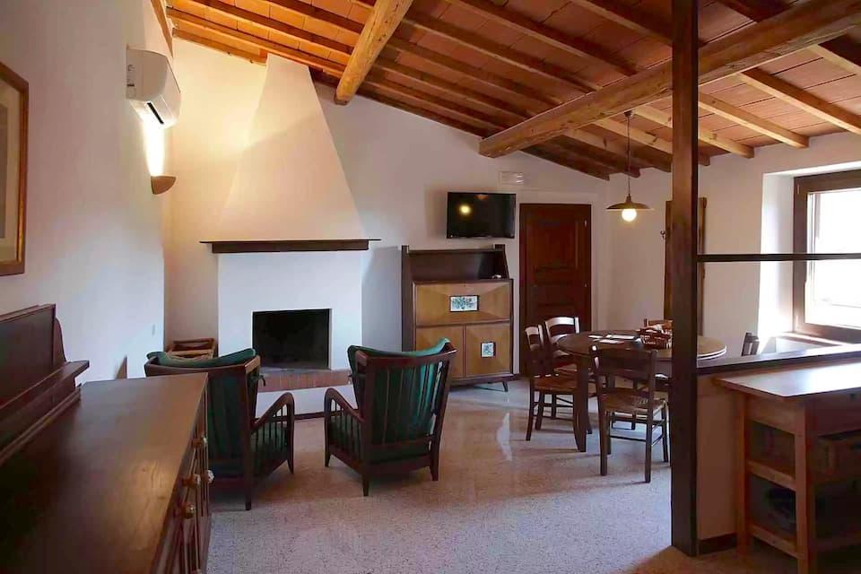 家族や仲間と大勢で滞在できるアパートタイプも。複数のベッドルーム、暖炉付きリビングやキッチンなども備わっています。(photo : Corte degli Ulivi)