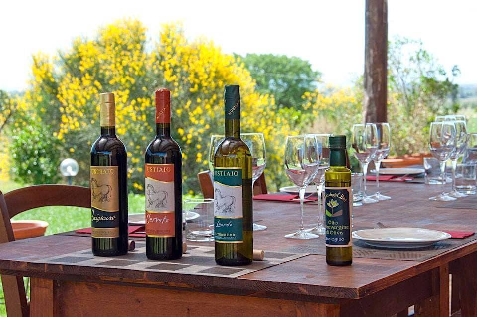 農園オリジナルのD.O.C.(統制原産地呼称)認定ワインと、有機栽培によるエキストラヴァージン・オリーブオイル。宿泊客でなくても予約すれば有料でテイスティングが可能です。(photo: Corte degli Ulivi)