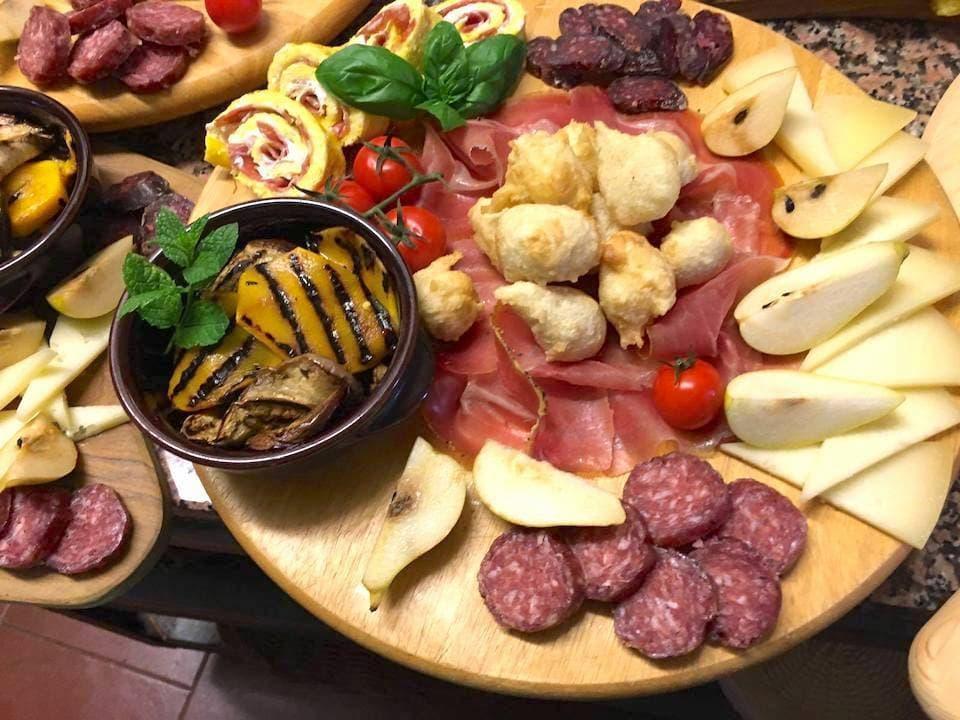 観覧後は食事が振る舞われます。地元産のサラミや生ハム、チーズなどが並ぶアンティパスト。(photo: Corte degli Ulivi)