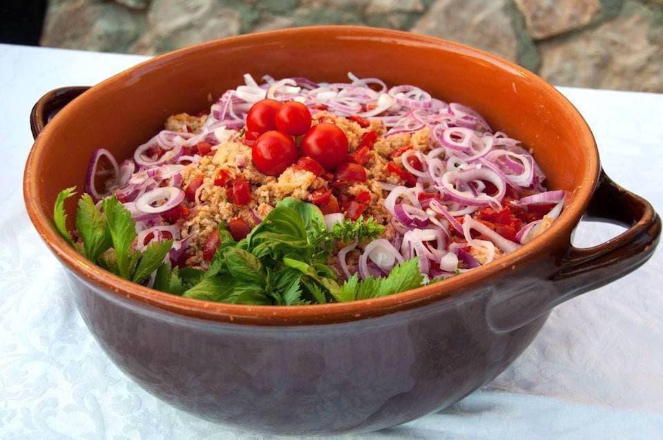 夏を代表する爽やかな一皿「パンツァネッラ」。固くなったパンをサラダ風に仕立てたものです。(photo: Corte degli Ulivi)