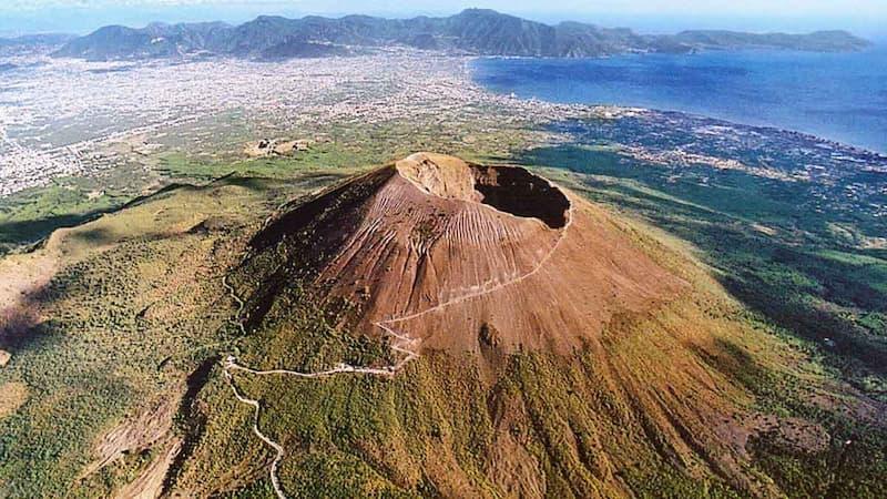 ヴェスヴィオ火山の火口(出典:Guidevesuvio.it)