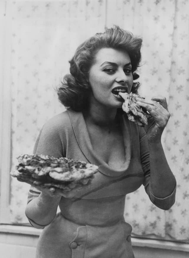 ポートレイトには料理や食事中のシーンを収めたものが少なくありません。ソフィアはレシピ本を出すほどの料理好きとして知られます。