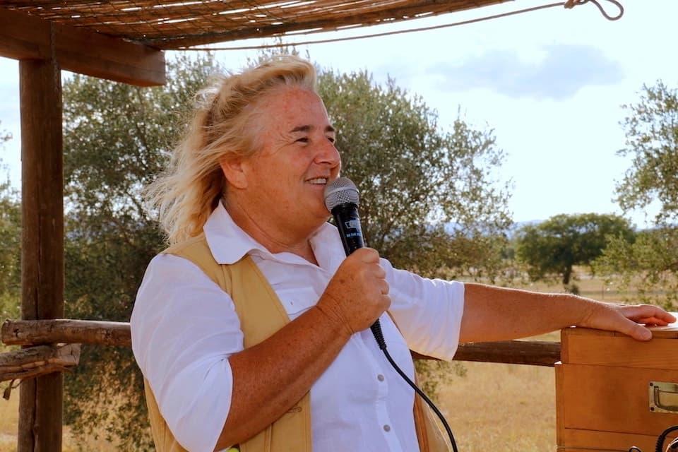 観光ガイドのロリアーナさん。その解説には地元マレンマ人ならではの熱い思いが溢れます。