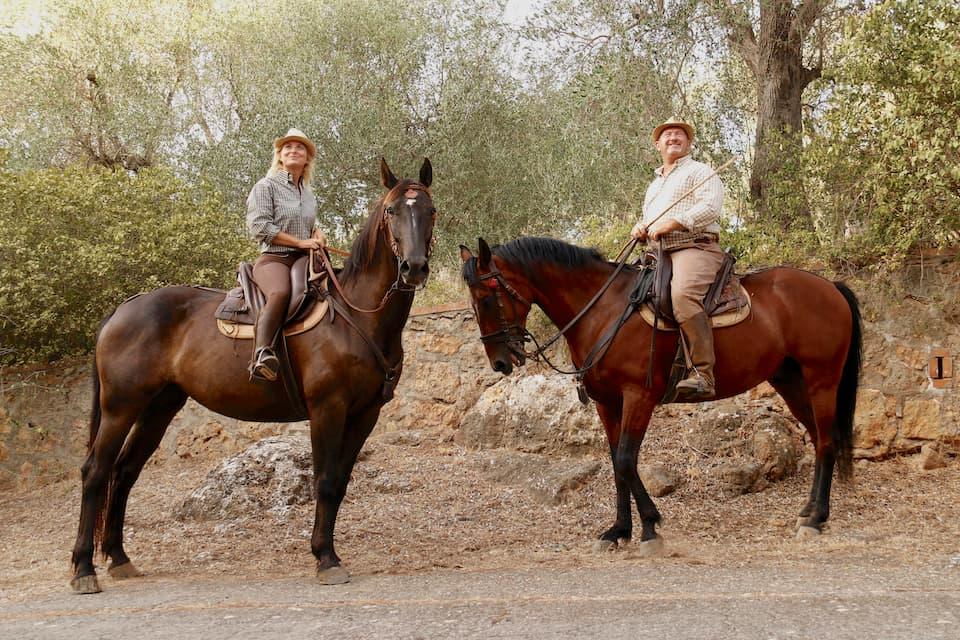 マレンマ馬に跨るブッテリ。今日彼らが馬に用いる轡★ルビ くつわ★(口にかませる金具)も、エトルリア時代と同じ形のものであるといいます。