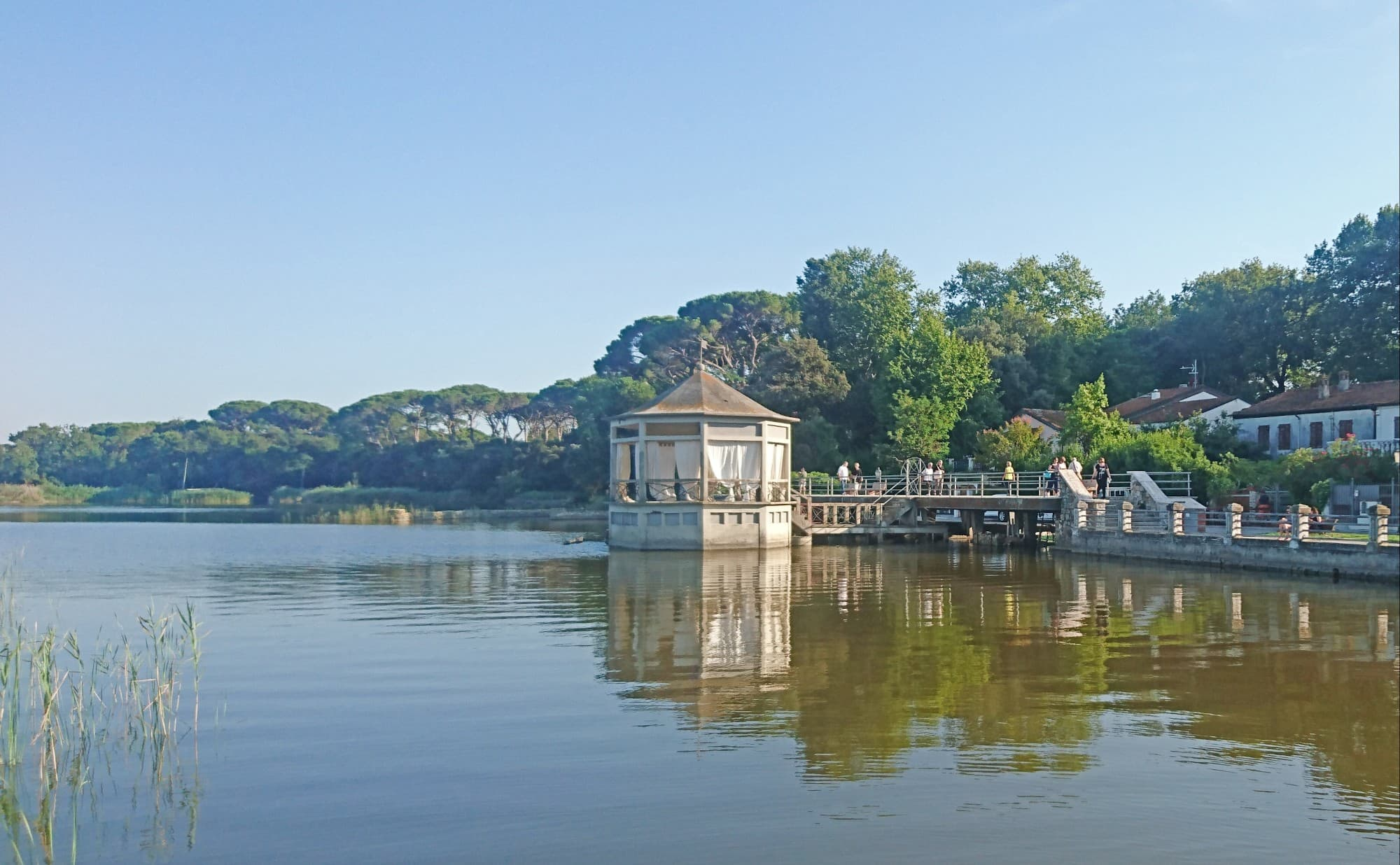 イタリアを代表する偉大なオペラ作曲家ジャコモ・プッチーニが住んでいた家があり、湖畔の劇場で毎年プッチーニ・フェスティバルが開催される「トッレ・デル・ラーゴ・プッチーニ(Torre del lago Puccini)」
