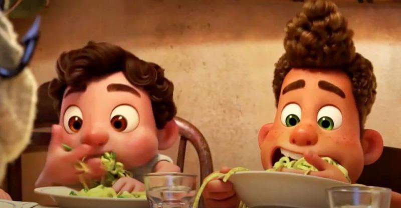 イタリアが舞台のディズニー映画あの夏のルカより初めてのパスタを手づかみで食べるルカとアルベルト