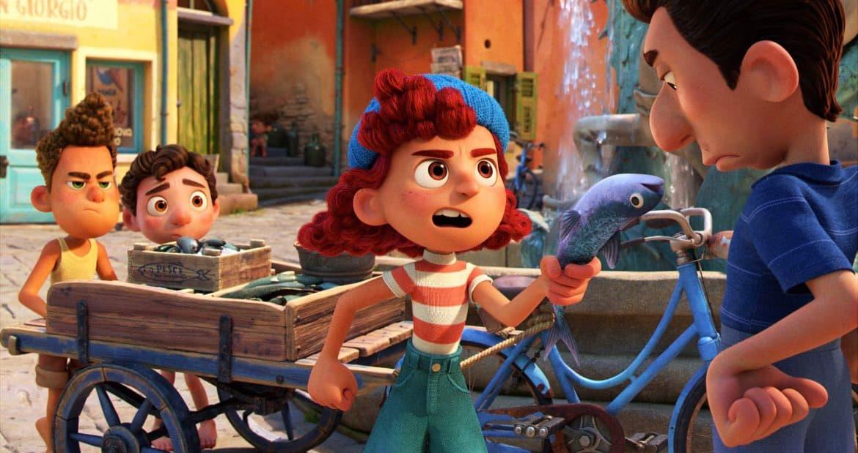 イタリアが舞台のディズニー映画あの夏のルカより父を手伝って魚売りの配達をするジュリア