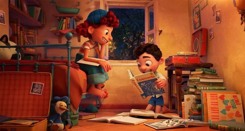 イタリアを舞台としたディズニー映画あの夏のルカジュリアの部屋で本に夢中になるルカ