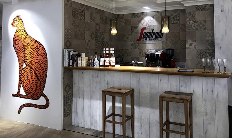 道玄坂に位置する同店舗は、セガフレードとコラボしたインティミッシミで唯一バーを併設した店舗。彼女が買い物を楽しんでいる間、バーで飲み物を嗜むことができる。