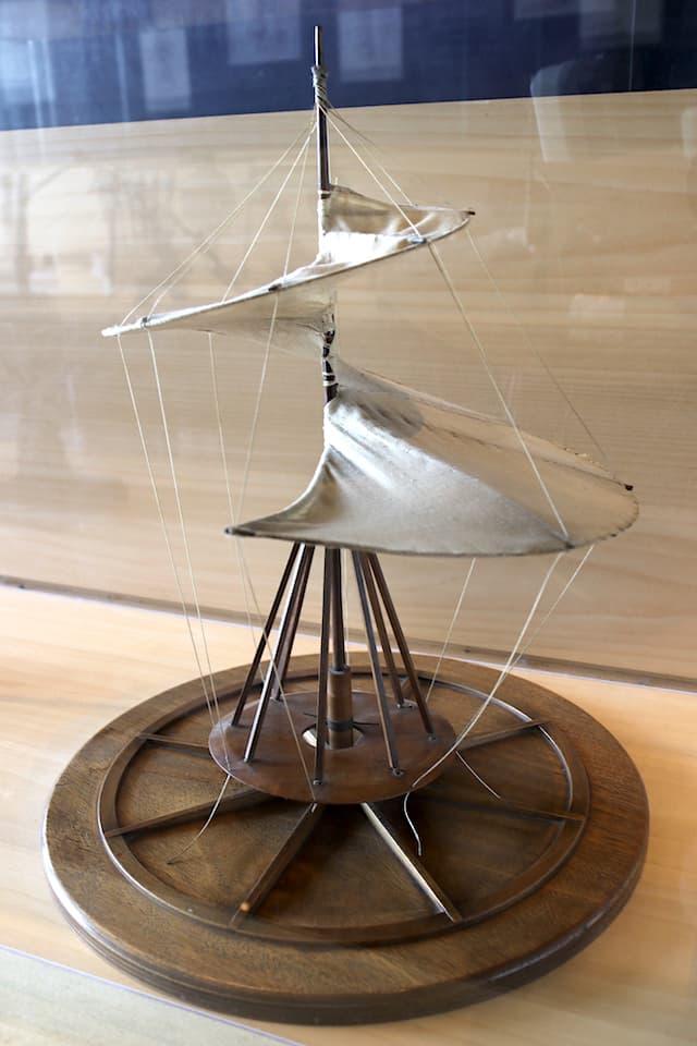 レオナルドの概念をもとに、近年作られた模型。布製による螺旋形の帆のようなものを柱に取り付け、それを人力で回転させることによって宙に浮く=上昇させるという構想でした。(取材協力: Museo Leonardino)
