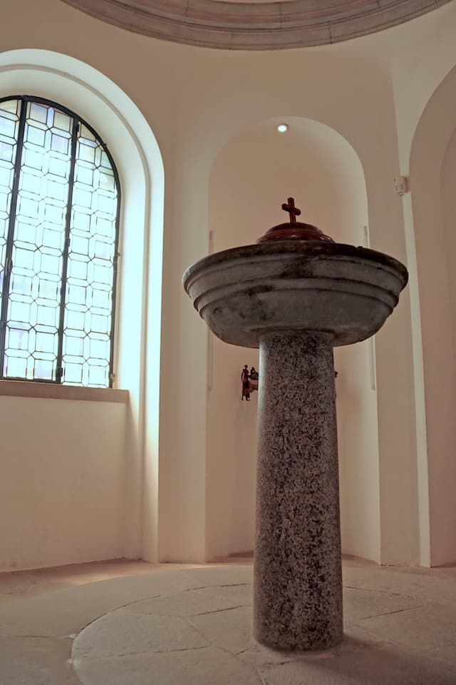 ヴィンチ村中心部のサンタ・クローチェ教会内部には、レオナルドが洗礼を受けた当時の洗礼盤が残されています。