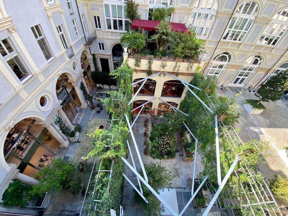 17世紀後半の館を修復したセレクトショップ『San Carlo dal 1973』。中庭は都会のオアシス!書籍のプレゼンテーション、映画・芸術・料理などに関するミーティングやコンサートなども開催されるとか。(Photo: San Carlo dal 1973)