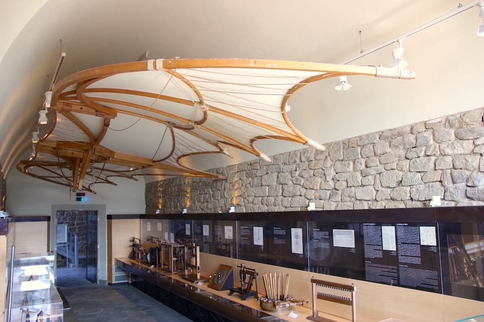 多岐にわたる研究に取り組んだ天才の偉業を垣間見ることができる『レオナルド博物館』。概念図をもとに作られた模型が展示されています。 (取材協力: Museo Leonardino)
