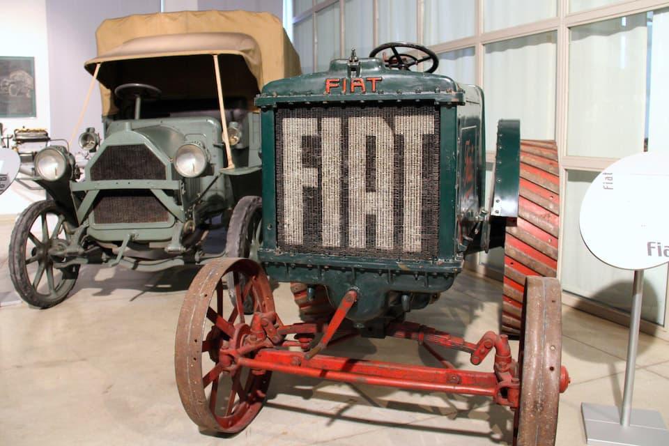 1919年に登場したフィアット初の農業用トラクター「FIAT 702」(右)。左は第一次世界大戦中にイタリア軍のトラックとして活躍した「FIAT 18BL(1914年)」。