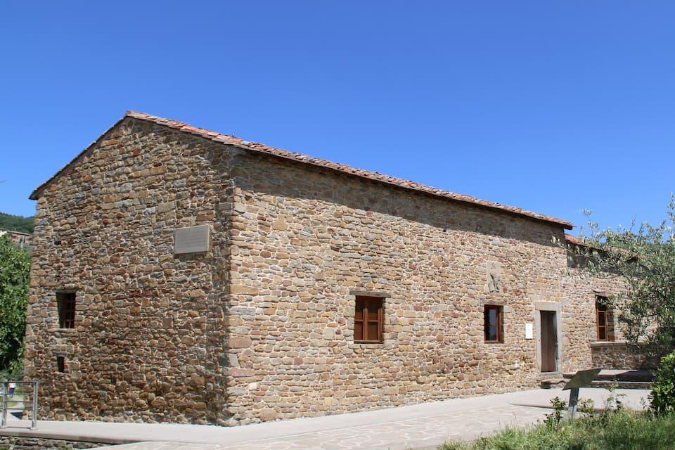 オリーブの小径を抜けると、石造りの家が。