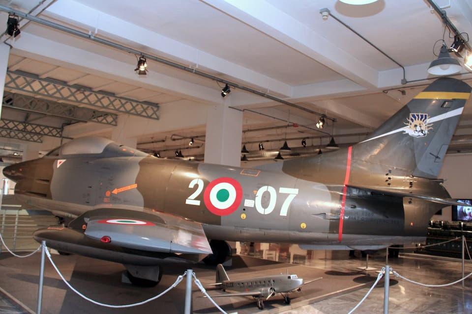 船舶や航空部門にも進出。こちらのG91型軽戦術戦闘爆撃機は、後にNATOに制式採用されています。