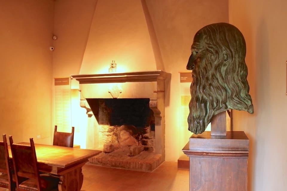 居間には当時使用されていた暖炉が残されています。
