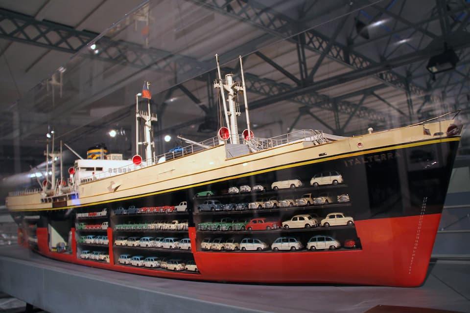 既存の貨物船を自動車運搬船に改造した「イタルテッラ号(1957年)」。動力はフィアット製3600馬力エンジンでした。
