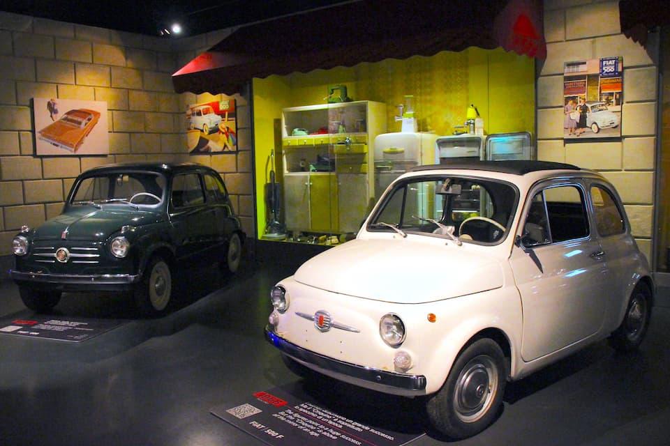 手前はアニメ「ルパン三世」の愛車としても知られるFIAT500F(1968年)。ドアは先代までは逆ヒンジ(前開き)でしたが、安全性向上のため今日の一般車にみられる開き方になりました。奥はFIAT600(1955年)。