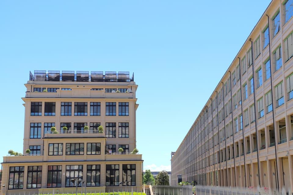 旧リンゴット工場(右)は、複合商業施設として再開発されました。左は旧フィアット本社棟。