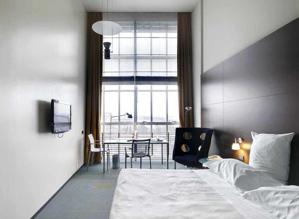 レンゾ・ピアノがホテルとして甦らせた『ダブルツリー byヒルトン・トゥーリン・リンゴット』の客室。(Photo:  DoubleTree by Hilton Turin Lingotto)