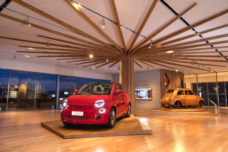 展示室『CASA 500』。手前は、FIAT500エレクトリックの特別仕様『(500)RED』。ロックバンドU2のBono氏のチャリティプログラムに協力するもので、販売収益の一部が寄付されます。 奥は、初代FIAT500の試作用原寸大モックアップ。(Photo: Stellantis)