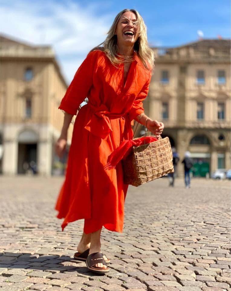 笑顔がキュートな常連客のレナータさん。鮮やかなダニエラ・グレジスのドレスに、ソフィー・ディガールのバッグを合わせて。 サン・カルロ広場はフォトシューティングにも最適です。(Photo: San Carlo dal 1973)