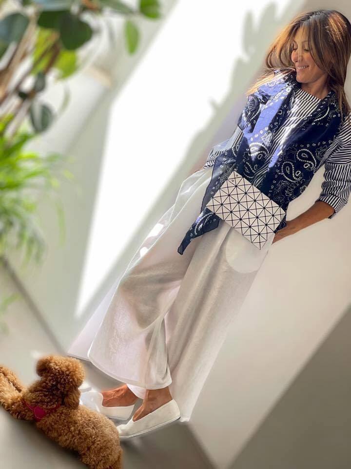 アッレーグラさんもポテンシャルカスタマーのひとりです。 N8のシャツにデスティンのスカーフ、ドロゲリア・クリベリーニのシューズとイッセイ・ミヤケのバッグBAO BAOをアクセントに。 (Photo: San Carlo dal 1973)