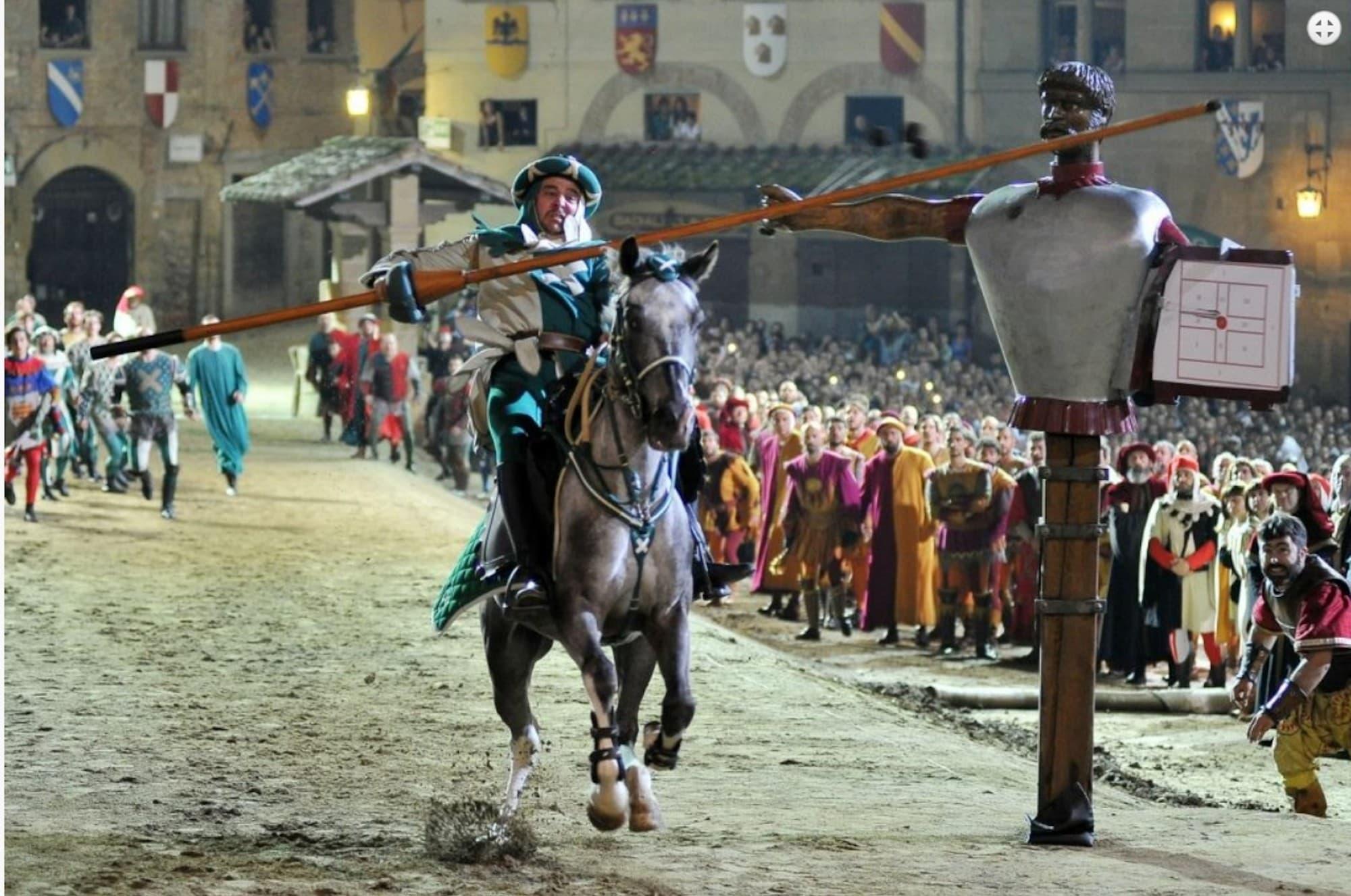 馬上槍突き試合の様子(写真出典「Giostra del Saracino」公式HP)
