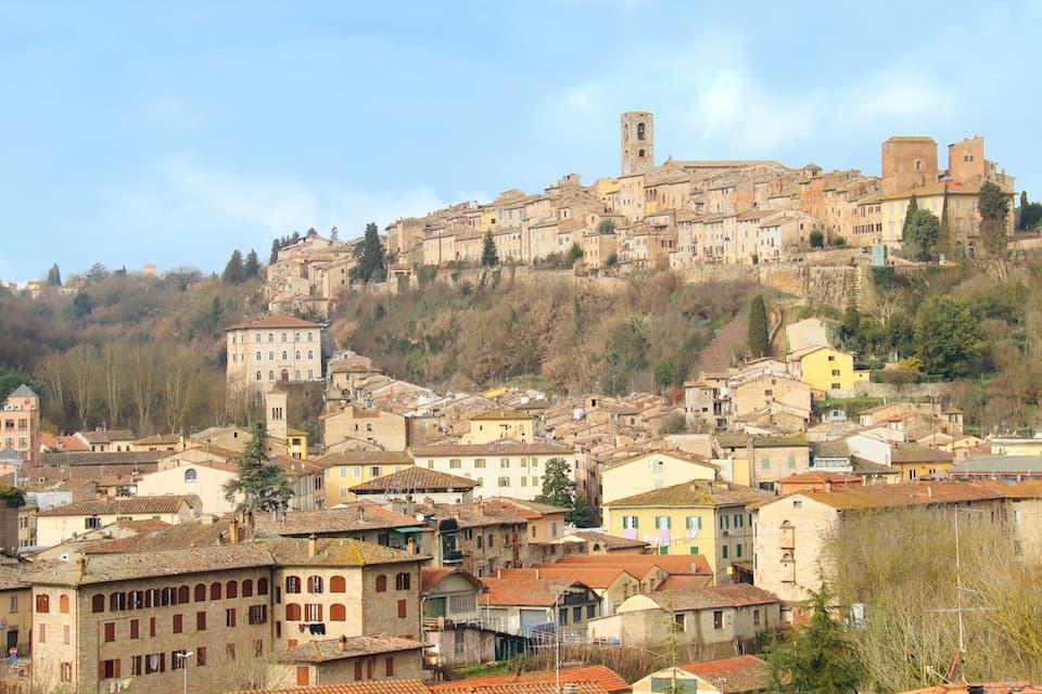 中世の面影を残す丘の上の旧市街は「コッレ・アルタ」、19世紀に整備された麓の地区は「コッレ・バッサ」と呼ばれます。