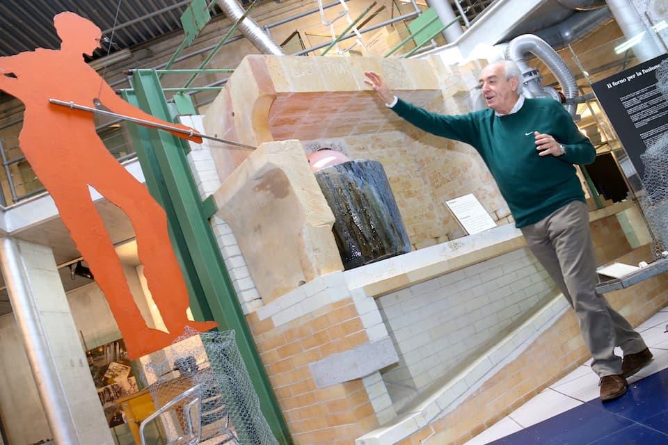 ガラス作りの歴史や製造技術などを解説する博物館長のトンマーゾ・ヴァンニーニ氏。