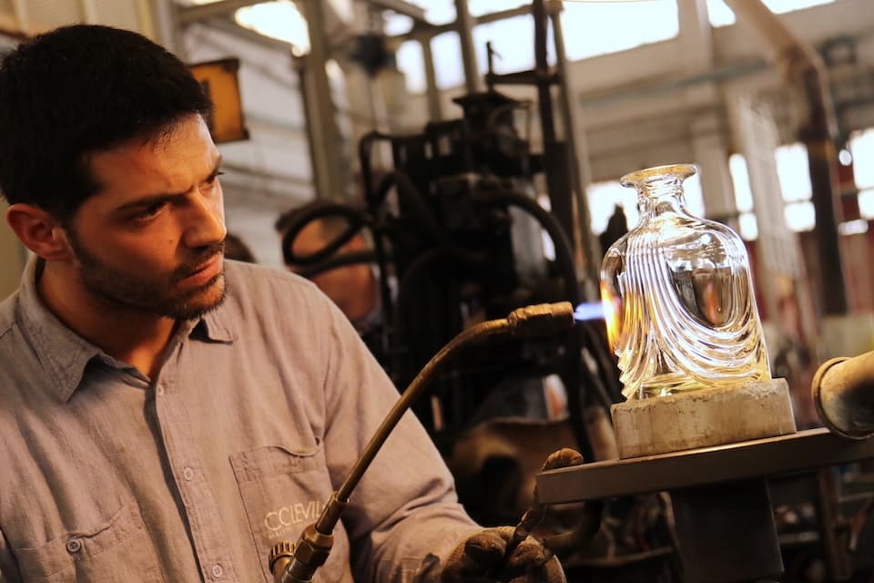 1400℃に熱したガラスを金型に入れて成形した器。職人がバーナーを用いてディテールを整えます。