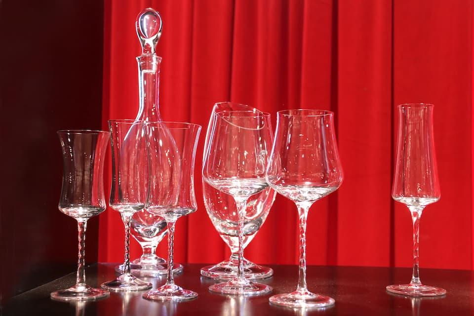 コッレ・ヴィルカによるグラスとデカンタ。イタリアらしいシンプルかつ洗練されたデザインなら、一生モノになります。